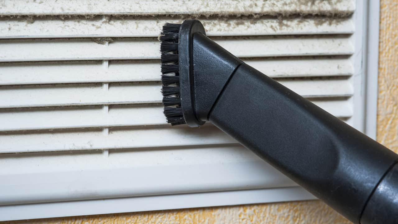 nettoyer les grilles d'aération de sa clim